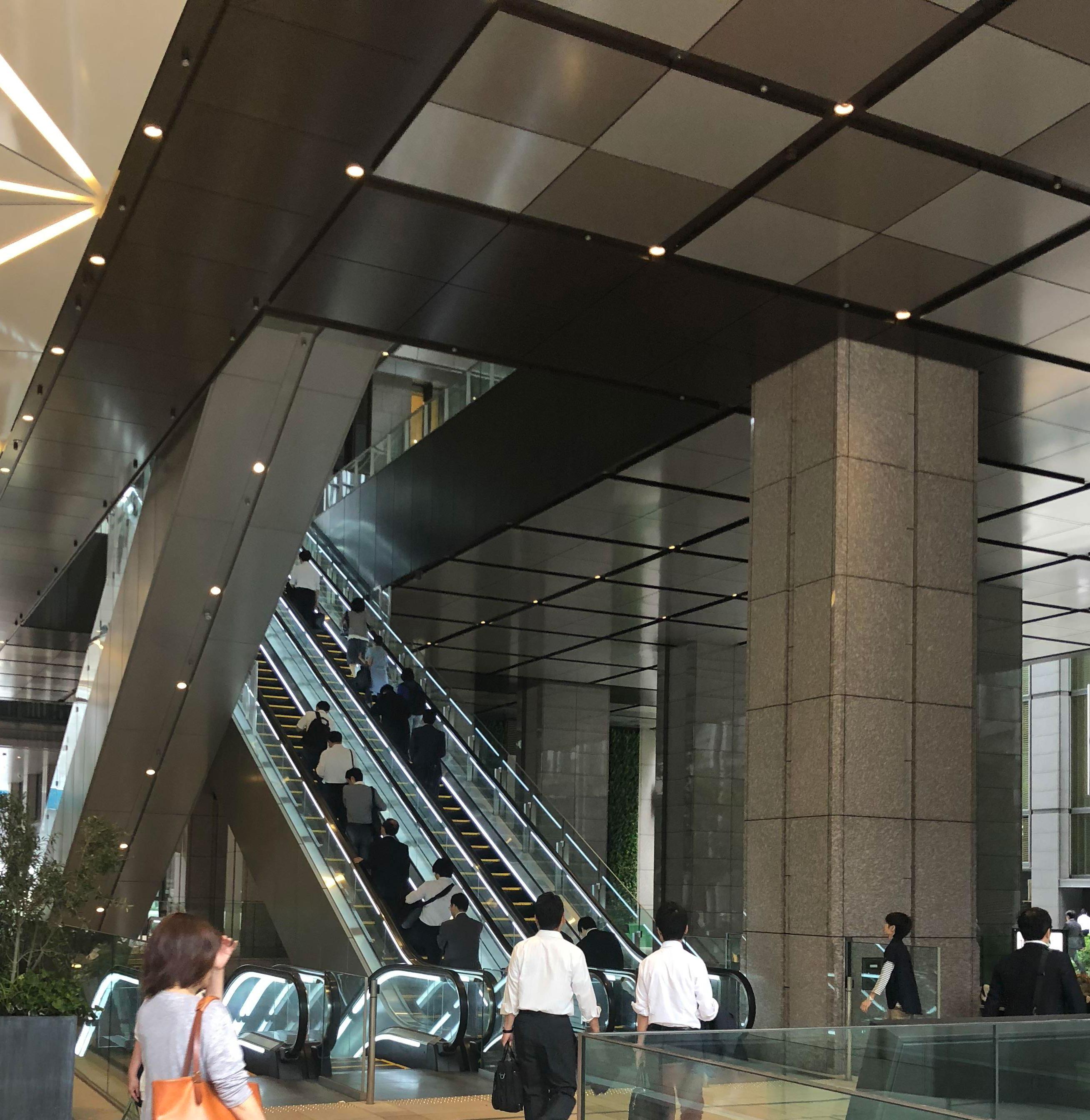 高層ビルの低層階を柱だけで支える構造